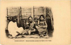 CPA AK Betsimisaraka jouant du Bobo D.M. MADAGASCAR (1044646)