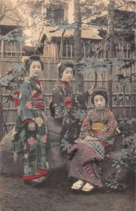 Japan Geisha Girls in Garden Vintage Postcard JD228067