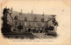 CPA Chateauneuf-sur-Cher Le Chateau. La Cour d'Honneur (613115)