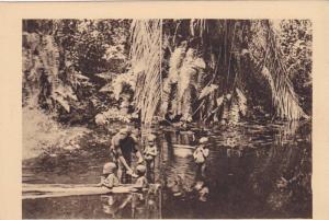 RP: GABON , 10-30s , La baignade dans un Marigot