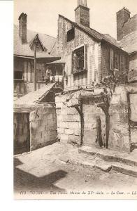 Postal 027267 : Tours. Une Vieille, Maison du XV siecle. La Cour