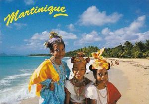 Martinique Petiyes filles en costume creole sur la plage des Salines