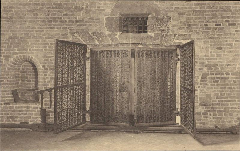 Brugge Bruges Belfort Beffroi Cachette lurking hole iron gates