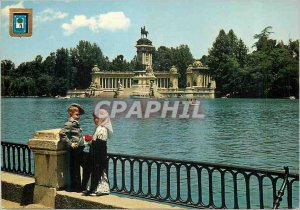 Postcard Modern Madrid Pond Retiro and Couple Typical
