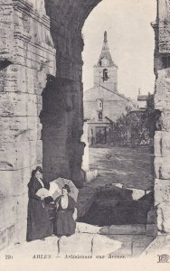 ARLES, Bouches-du-Rhone, France, 1900-1910s; Arlesiennes Aux Arenes