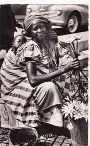 RP; DAKAR , Une marchande de fleurs 30-40s ; SENEGAL
