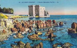 ILE SAINT-HONORAT, L'Ancien Monatere Fortifie off Cannes shore, Alpes Maritim...