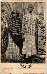 CPA Types Malgaches. Comorien et femme de Mevatanana. MADAGASCAR (626141)