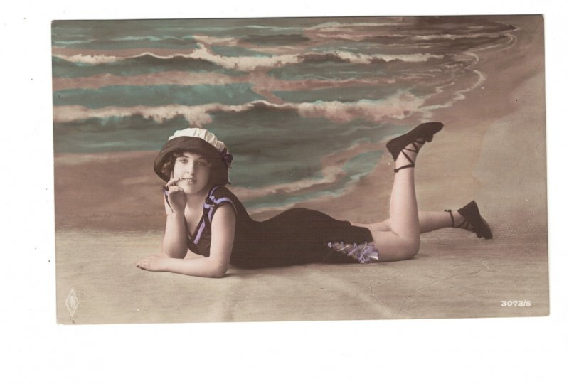 HI1024 BATHING BEAUTY ART DECO PERIOD 1920 RISQUE POSING IN THE SAND