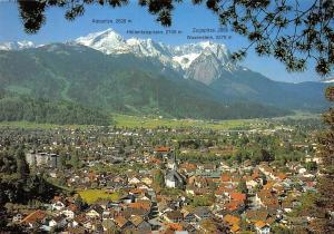 Garmisch Partenkirchen gegen Wettersteingebirge Kirche Gesamtansicht Berg