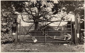 RP: TRING , Hertfordshire , England , 1930s ; The Implement Gate