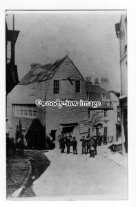 h1376 - Isle of Wight - Cowes - Lads gather outside Butchers, Road U/K - Photo