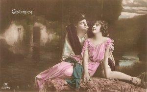 Couplle romance. Gefangen Old vintage German postcard