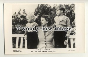 r0666 - Queen Elizabeth with young Prince Charles & Princess Anne - postcard