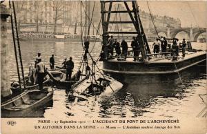 CPA PARIS L'Accident du Pont de l'Archeveché Autobus soulevé (676169)