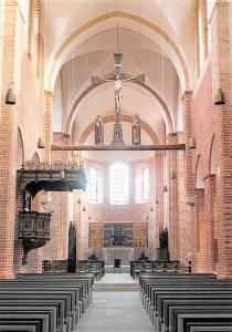 Ratzeburger Dom Mittelschiff mit Apostelaltar, Triumphkreuz und Kanzel
