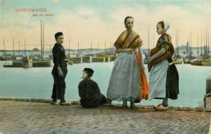 Netherlands Scheveningen - Aan de Haven, Dutch family in harbour 1909 postcard