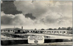 Morehead City, North Carolina Postcard PERRY PARK MOTEL Dexter Chrome c1950s