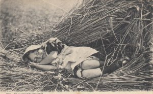 DARTFORD, England, UK, 1904; Little Girl laying in the field, A Harvest Mouse