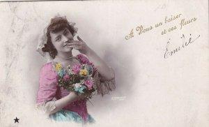RP: A Vous un Baiser et ces fleurs, Young lady hlding bouquet, PU-1907