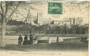 Avignon, Vue generale du Palais des Papes et les Remparts...