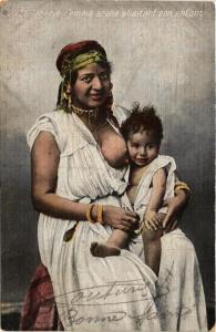 CPA ALGERIE Femme arabe allaitant son enfant ETHNIC NUDE (573981)