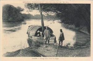 Sudan Passage d'une riviere en pirogue