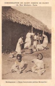 B95142 deux heureuses petits malgaches types folklore   madagascar africa