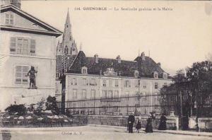 GRENOBLE , France , 00-10s ; La Sentinelle gauloise et la Mairie