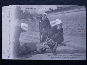 ST. BRIEUC Scènes de foire - un récalcitrant! Marché aux Cochons c1903 Postcard