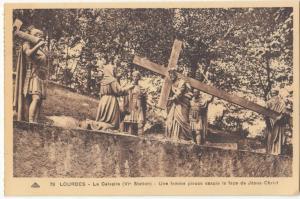France, LOURDES, Le Calvaire, Une femme pieuse essuie la face de Jesus-Christ