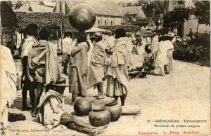 CPA TANANARIVE Marchands de poterie indigene MADAGASCAR (709646)