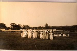 pre-1918 rppc fashion FIFTEEN WOMEN ALL IN HATS IN A LINE - Great Postcard y0908