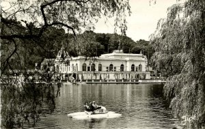 France -  Bagnoles-de-L'Orne.   Casino and Lake   RPPC