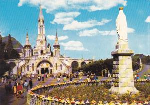 France Lourdes La Vierge couronnee et la Basilique