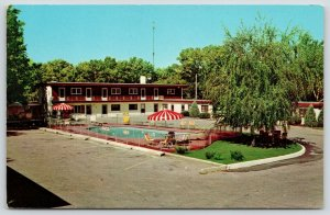 Sioux Falls SD~Lindendale Motel~Map~Willow Tree~Umbrellas @ Pool~Postcard 1961