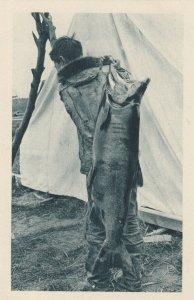 Cercle Arctique (ALASKA) , 1910s ; Eskimo carrying a fish