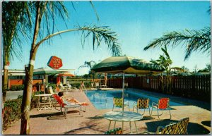 New Orleans, Louisiana Postcard TOWN HOUSE MOTOR HOTEL Pool View c1950s Unused