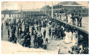 New Jersey  Wildwood ,   Bathers on Beach before the Dip