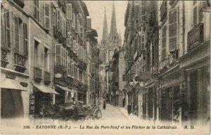 CPA Bayonne Rue du Port Neuf et Fleches de la Cathedrale FRANCE (1124023)