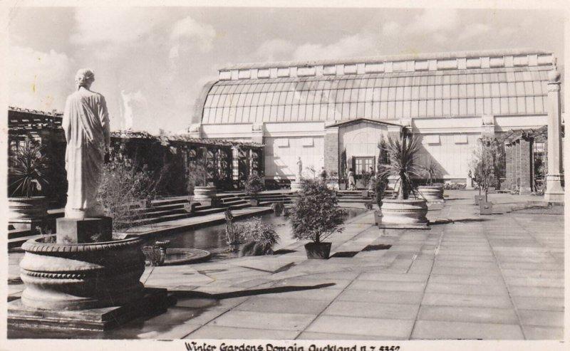RP: AUCKLAND , New Zealand , 30-40s; Winter Gardens , Domain