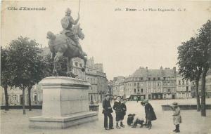 CPA France DINAN - la Place Duguesclin animee enfants