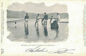 Italy Pescatori che tirano la sciabica rete da pesca 03.03