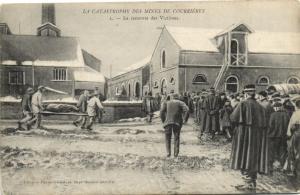 CPA La Catastrophe des Mines de COURRIERES - La remonte des Victimes (172415)