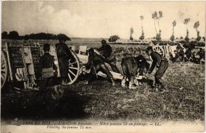 CPA Militaire - L'Artillerie francaise - Notre fameux 75 au pointage (697794)