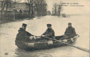 France Crue De La Seine Argenteuil Arrivée du Courrier Flood In The Seine 05.14