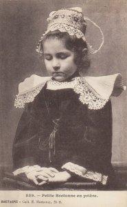 BRETAGNE , France, 1900-10s ; Petite Bretonne en priere