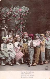Children Enfants Costumes Flute Music Flowers Por ser dia le fiesta... Paris