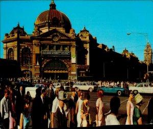 JD0010 australia melbourne flinders street railway station old car lively street