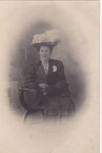 RP; Portrait of Happy woman wearing feathered hat, sitting in chair, 00-10s